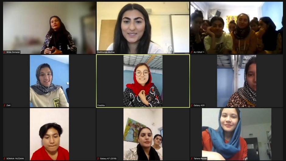 A-Nationalmannschafts-Kapitänin Farkhunda Muhtaj  (Mitte oben) mit ihren Team-Kolleginnen in einem Zoom-Gespräch mit der amerikanischen Nachrichtenagentur AP