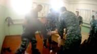 Dieser Ausschnitt eines auf Youtube kursierenden Videos zeigt, wie Wärter im russischen Gefängnis Yaroslavl einen entkleideten, gefesselten Inhaftierten schlagen.