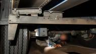 Versteckt unter einem Güterzug