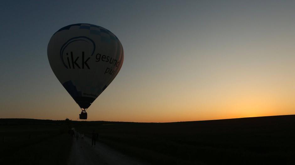 Ein Heißluftballon schwebt kurz vor der Landung in der Luft. (Archivbild)