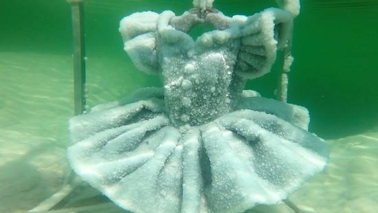 Künstlerin lässt Kleidung im toten Meer verkrusten