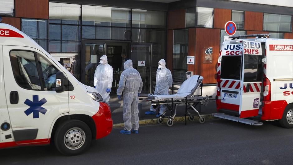 Medizinisches Personal wartet am Eingang eines Krankenhauses in Tours auf die Ankunft eines Covid-19-Patienten.