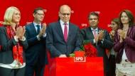 Kurs halten: Erwin Sellering lässt sich von der SPD-Spitze in Berlin feiern.