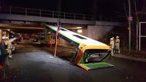 Brücke zu niedrig – Flixbus reißt Dach ab