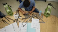 Maßarbeit: Ein junger Flüchtling aus Eritrea lernt beim Frankfurter Großventile-Hersteller Samson sein Handwerk.