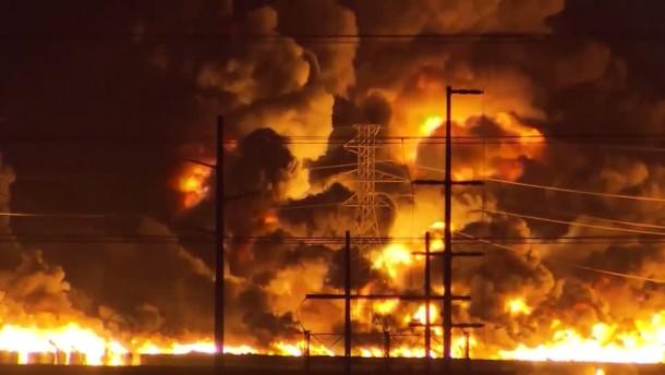 Feuer und Explosionen in Industrieanlage