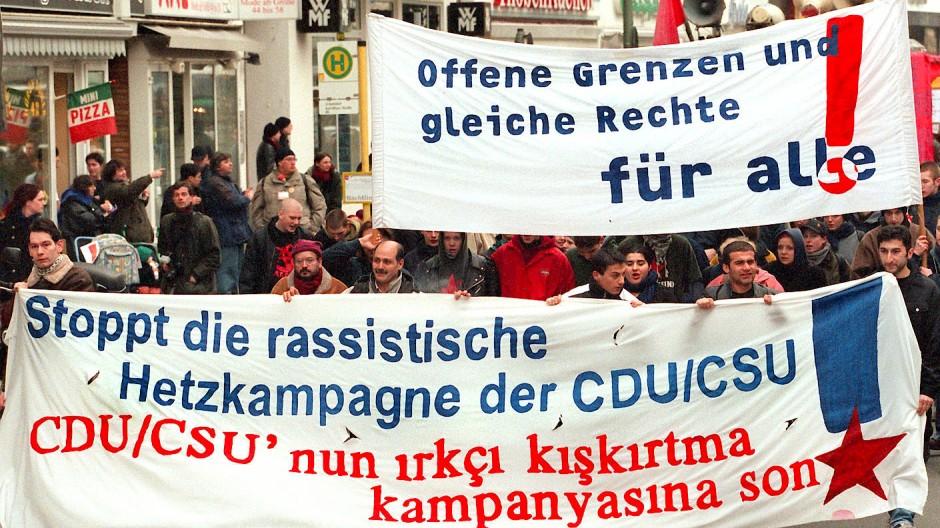 Demonstration in Berlin-Kreuzberg 1999 gegen die Unterschriften-Aktion der CDU und für die doppelte Staatsbürgerschaft.