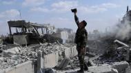 Ein syrischer Soldat in der Stadt Barzeh bei Damaskus inmitten von Trümmern
