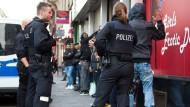 Polizeieinsatz im Frankfurter Bahnhofsviertel: Wenn offen mit Drogen gedealt wird, fühlen sich viele Bürger in ihrer eigenen Stadt nicht mehr sicher.