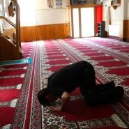 Ein Mann betet in der Moschee in Ripoll, in der Imam Es Satty gepredigt hat.