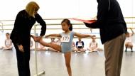 Kinder zum Sport zu motivieren, ist oft schwierig: Eine sechs Jahre alte Ballerina in New York sieht ihre Trainerin kritisch an.