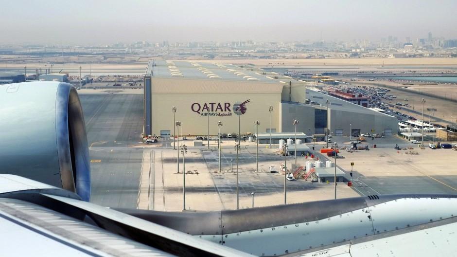Flugzeug über dem Flughafen Doha:  In dem islamischen Emirat müssen Frauen, die unverheiratet Kinder bekommen, mit hohen Strafen rechnen.