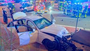 Auf der Flucht vor der Polizei anderes Auto gerammt