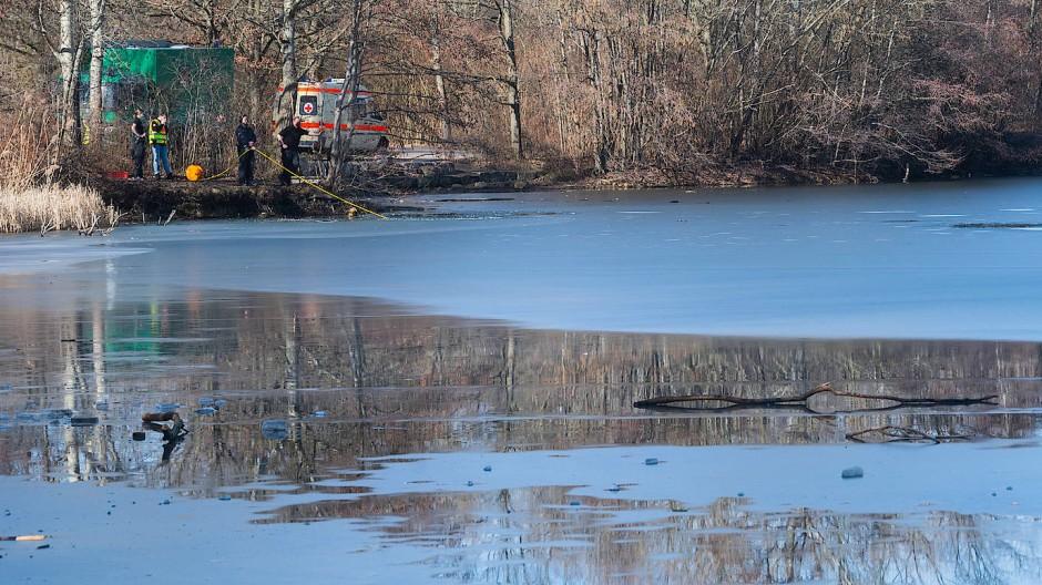 Die Polizei warnt, dass es trotz der Plusgrade in einigen stehenden Gewässern noch geschlossene Eisdecken gibt. Diese sind aber nicht mehr tragfähig und bei Betreten besteht akute Lebensgefahr (Archivbild).