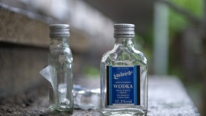 Kinder stehlen Alkohol und betrinken sich