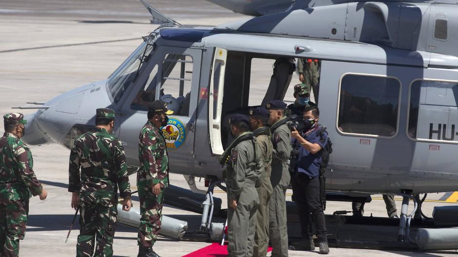 Hadi Tjahjanto (3. von links), Oberbefehlshaber des indonesischen Militärs, besteigt einen Hubschrauber, um sich der Suchaktion anzuschließen.