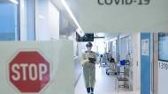 Eine Gesundheits- und Krankenpflegerin mit Atemschutzmaske auf der Corona-Intensivstation im Universitätsklinikum Carl Gustav Carus Dresden