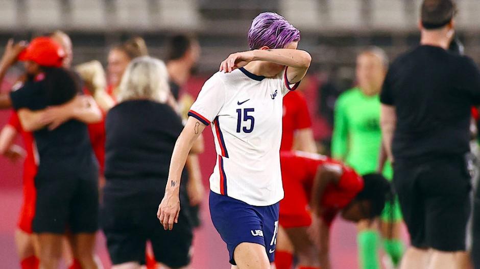 Aus der Traum von Gold: Megan Rapinoe verlässt nach der 0:1-Niederlage den Platz während die Kanadierinnen im Hintergrund ihren Erfolg bejubeln.