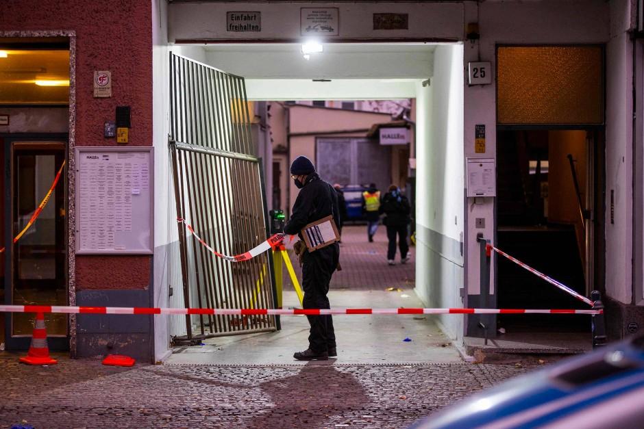 Polizei ermittelt den ganzen Samstag über stundenlang am Tatort.