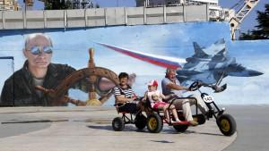 Räder rollen rückwärts auf der Krim