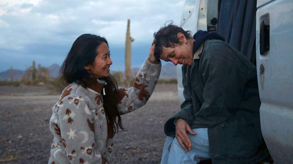 """Nomadland""-Regisseurin Chloé Zhao mit Hauptdarstellerin Frances McDormand (rechts)"