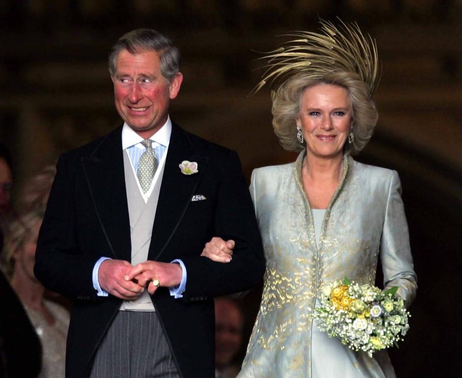 Die lustigen Gesichtsausdrücke überließ sie schon immer Charles: Der Prinz of Wales und Camilla bei ihrer kirchlichen Hochzeit 2005 in Windsor.