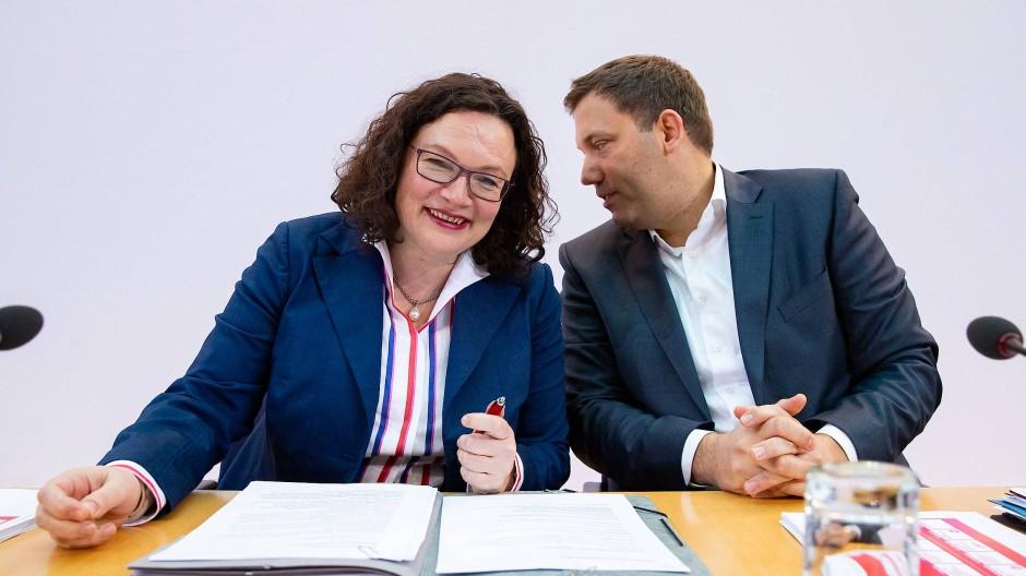 Die SPD-Vorsitzende Andrea Nahles und ihr Generalsekretär Lars Klingbeil erläutern ihre Pläne für ein neues Sozialstaatsmodell in Berlin.