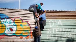 Flüchtlinge an Grenzzaun appellieren an Trump