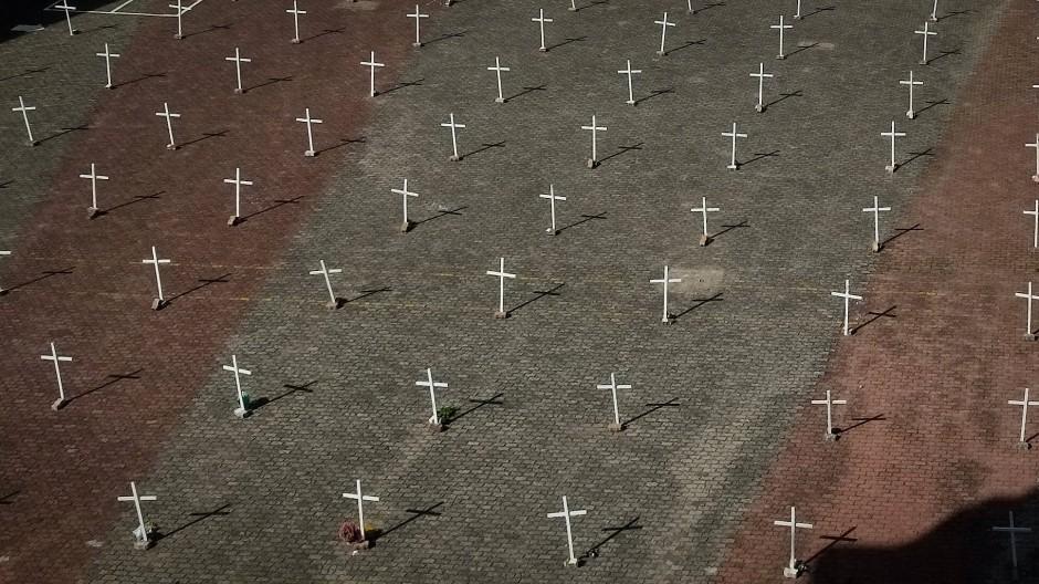 Im brasilianischen Farroupilha wurde Ende März mit Kreuzen vor einer Kirche Opfern der Corona-Pandemie gedacht