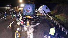 Gefahrgutlaster kracht in Stauende - Fahrer tödlich verletzt
