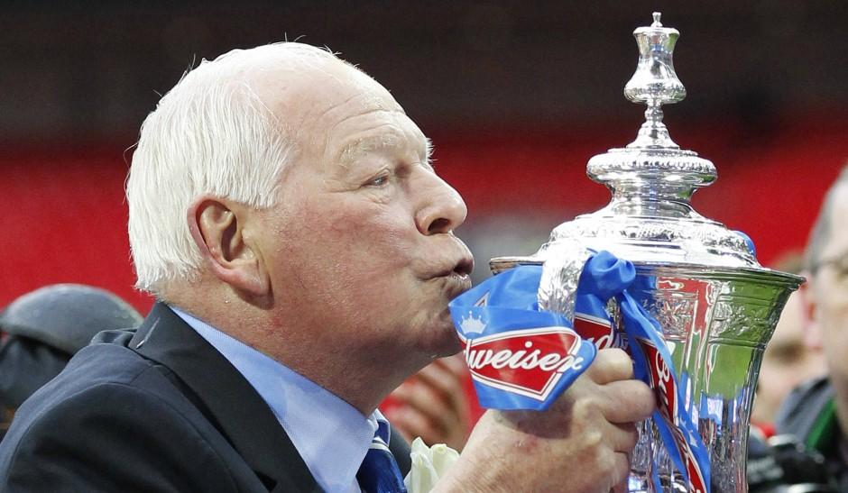 Das Glück der späten Jahre: Wigan Athletics Clubchef Dave Whelan mit der Entschädigung 53 Jahre nach seinem Final-Beinbruch