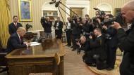 Jetzt wird es ernst: Der neue amerikanische Präsident unterzeichnet am Tag seiner Amtseinführung schon seine erste Anordnung