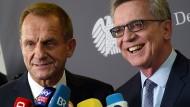Die Stimmen zu der neuen Spitzensport-Reform sind gemischt: Zu große Orientierung an Erfolgen wird Innenminister de Maizière (rechts) vorgeworfen.