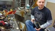 Handarbeit für die Füße: Adem Husic in seiner Werkstatt in Bad Vilbel.