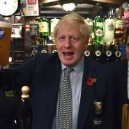 Ein Pint Beer auf das Umfragehoch - und Farage? Der britische Premierminister Boris Johnson traf sich am Montagabend mit Veteranen in Wolverhampton.