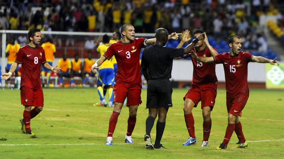 In den Fängen der Wettbetrüger? Fußballschiedsrichter Joseph Lamptey aus Ghana sorgte vor seiner Entlarvung für umstrittene ENtscheidungen.