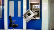 Verwüstung: Unbekannte sprengten einen Geldautomaten im Vorraum der Bank (Symbolbild)