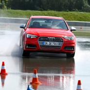 Steuerexperiment: Beim Fahrertraining üben die Teilnehmer Extremsituationen im Auto - auf dass sie im Ernstfall richtig reagieren.