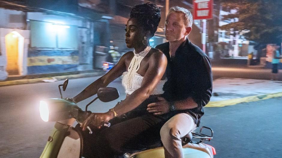 James Bond als Beifahrer bei der neuen 007 (Lashana Lynch).