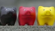 Das Geld im Bauch dieser Sparschweine verliert an Wert.