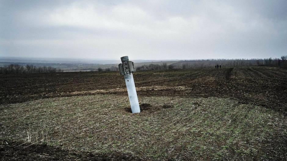 Rakete auf einem Acker in der Nähe des Dorfes Dmitrivka, Donezk