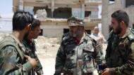 Youssef Sibahi, Colonel der syrischen Armee, spricht mit seinen Soldaten.