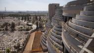 Vertikale letzte Ruhestätte auf dem Jarkon-Friedhof zwischen Tel Aviv und Petach Tikva.