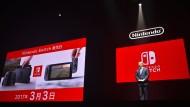 Nintendos Präsident Tatsumi Kimishima präsentiert in Tokio die neue Spielkonsole: Switch.