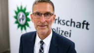 26.11.2018, Berlin: Oliver Malchow, Vorsitzender der Gewerkschaft der Polizei (GdP), steht bei einer Pressekonferenz anlässlich des Bundeskongresses der GdP vor dem Logo der Gewerkschaft.