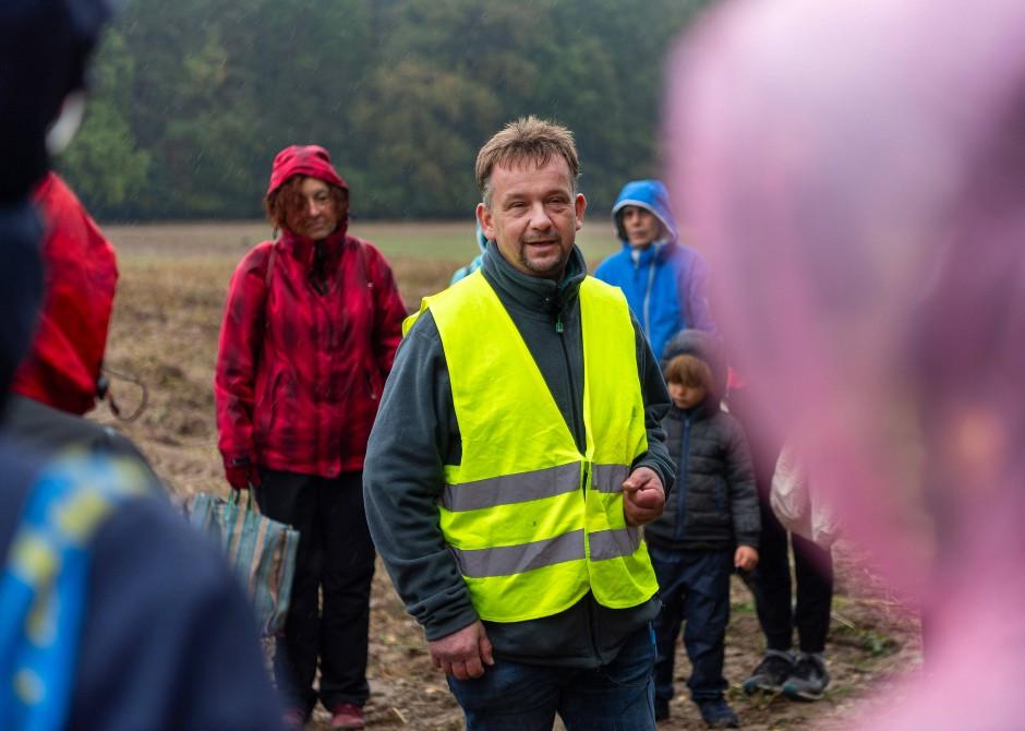 Bio-Landwirt Frank Prochnow spricht auf seinem Acker im Ortsteil Jahnsfelde zu den Teilnehmern der Aktion gegen Lebensmittelverschwendung.