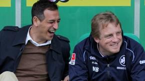 Glänzende Laune: Der Fürther Manager Rachid Azzouzi und Trainer Mike Büskens (r.)