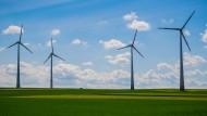 Windenergieanlagen bei Sonnenschein