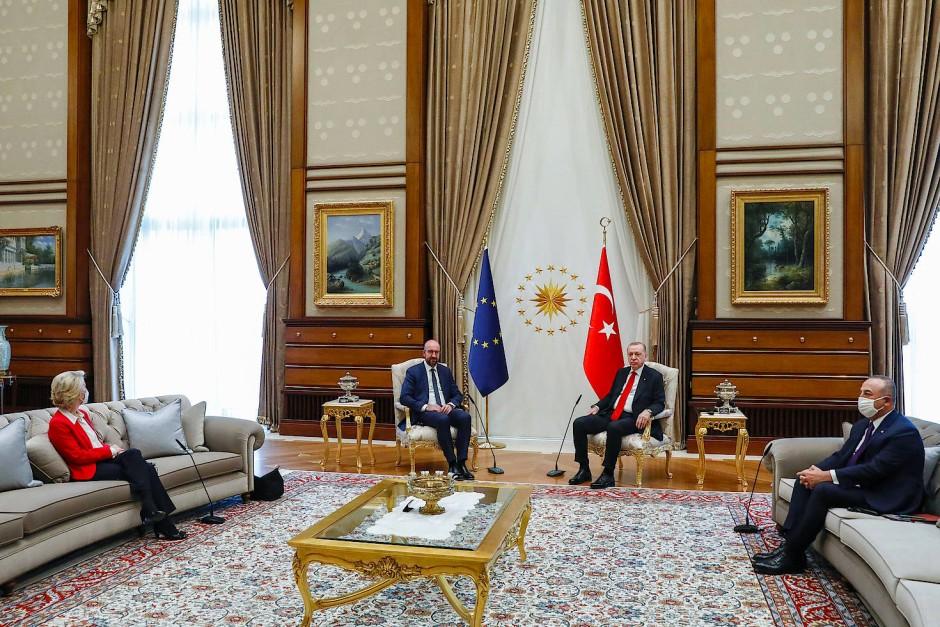 Sitzordnung: Während für EU-Ratspräsident Charles Michel ein großer Stuhl neben dem türkischen Staatschef reserviert war, bekam EU-Kommissionspräsidentin Ursula von der Leyen einen Platz auf einem Sofa in einiger Entfernung von Erdogan und Michel zugewiesen.