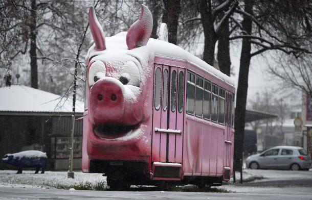 27. Dezember 2014. Der Winter hat Einzug gehalten. Er kam spät, dafür aber nahezu flächendeckend in Deutschland. Auch in Stuttgart liegt nun Schnee – hier im Bild auf einer Straßenbahn, die vor dem Schweinemuseum steht.